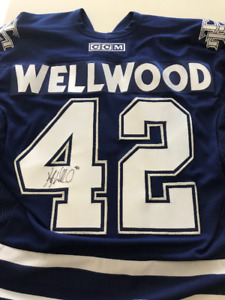 Kyle Wellwood Maple Leafs Signed Jersey with Signed 8x10 Photo