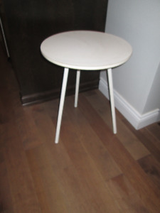 Petite table d'appoint blanche