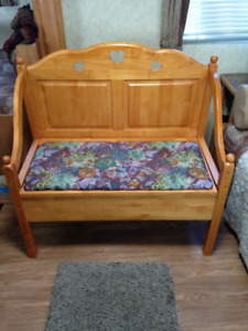 Country Cottage Style Bench Seat with Storage