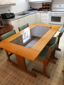 Kitchen Table and Chairs For Sale.
