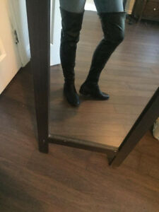 LIKE NEW  THIGH HIGH BLACK LEATHER BOOTS FLAT HEEL 8.5