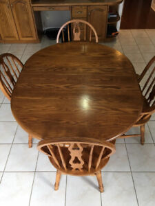 Beautiful Oak Dinette Set with 4 Chairs and Extension Leaf!