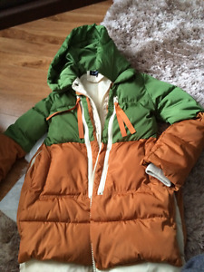 LADIES NEW SIZE M QUILTED WINTER JACKET WITH HOOD.
