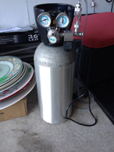AQUARIUM C02 15 LBS WITH REGULATOR IN NEW CONDITION BARLEY USED.