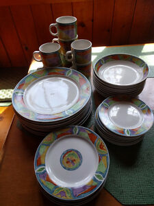 Set of dishes (missing 1 cup)