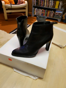 Real leather size 7 black zippered back boots