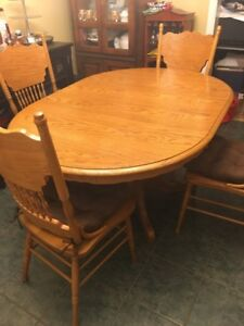 Dining table with 4 chairs - Great Condition