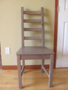 Chaise grises en bois (pin massif) et teintes.