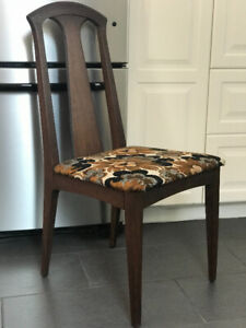 $100 set of 4 wooden chairs