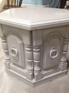 Set of 2 Beautiful Vintage End Tables
