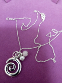 LADIES NEW, SILVER SWIRL PENDANT ON EIGHTEEN INCH CHAIN