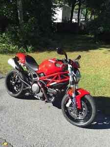 Ducati Monster 796 rouge