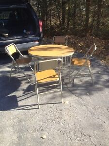 CARD TABLE AND 4 CHAIRS/POKER TABLE AND CHAIRS London Ontario image 1