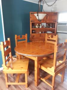 Set de cuisine en bois 400$ Table avec rallonge 4 chaises Buffet