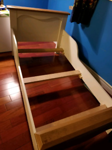 Solid wood construction toddler bed