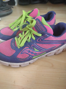 Girl saucony running shoes youth  size 5