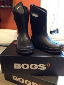 BOGS BOYS SIZE 2 & 3 NEVER WORN