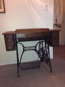 1925 Singer Treadle sewing machine *works*