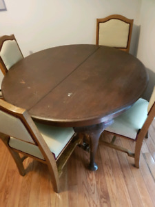 Antique dining room table with 2 extension leafs