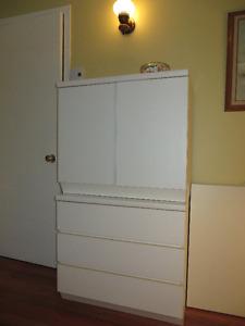 Un bureau blanc et une table de chevet Ikea