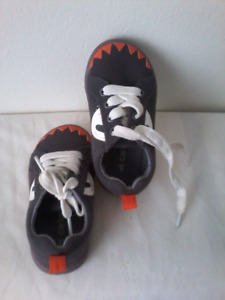 Carter's lace up size 6 toddler shoes