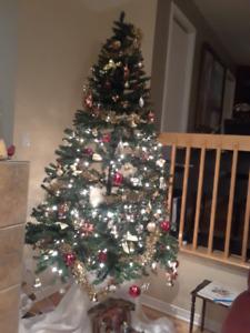 Arbre de Noël  ses 400 lumières  incolores et ses décorations