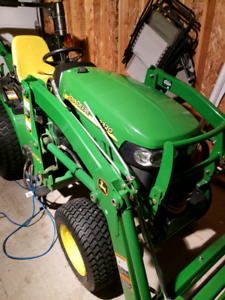 2320 john deere 129 hrs.. and 20 ft V-nose  enclosed car hauler
