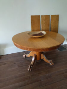 Antique Round Oak Table - Expands to seat 12