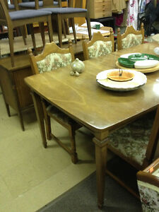 Older Wooden Dining Room Table - 7 chairs - 3 leaves