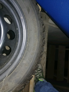 Pneu a Clous Quasiment neuf sur rim de BMW328i 2009