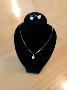 Beautiful Pearl Necklace and Earrings Set