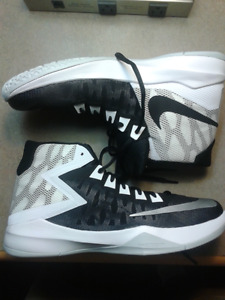 basketball shoes Nike Zoom Devosions BRAND NEW Size 10