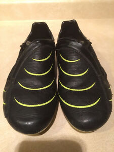 Kids Puma Outdoor Soccer Cleats Size 7 London Ontario image 2