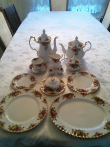 Royal Albert Old Country Roses 12 place settings
