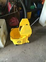 Rubbermaid mop bucket yellow jaune