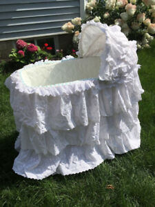 Vintage wicker bassinet  in excellent condition (baby crib /bed)