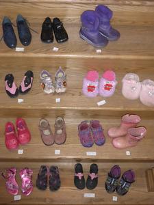 Lot de chaussures, sandales, bottes et pantoufles pour fillette