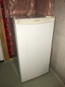 DIPLOMAT mini fridge (RETAIL $200)
