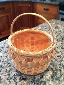 Small Mikmaq handmade Basket with handke