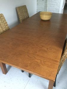 Elle grande table et chaise