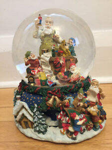 Musical rotating snow globe - Santa Claus is coming to town
