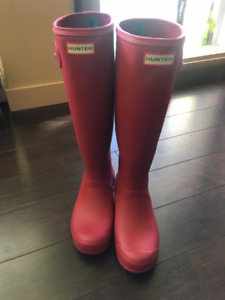 **HUNTER RAIN BOOTS SIZE 8 (Dark Ion Pink)**