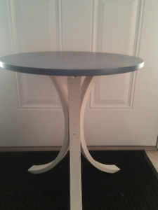 ROUND BLUE  AND WHITE TABLE