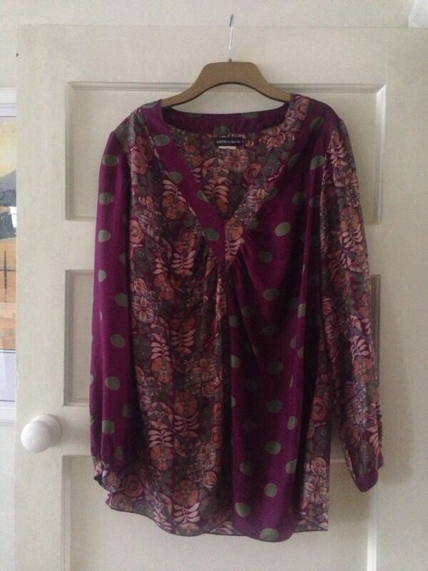 ANTIK BATIK lovely 100% SILK tunic topin Waterloo, LondonGumtree - Gorgeous ANTIK BATIK V Neck tunic top in Aubergine and Olive Green colours.Lovely floral and polka dots 100% Silk contrast fabrics.Subtle gathering detail at the point of the V for a more flattering fit.Very versatile piece Perfect for Casual and...