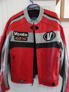 Beau manteau de moto en cuir marque Vento rouge/argent/noir