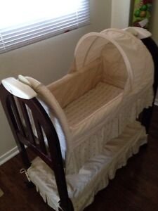 Baby bassinet with music