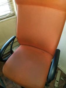 3 chaises de bureau orange