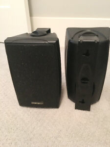 2 mountable speakers
