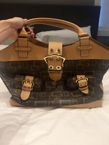 Authentic women's guess bag. Barely used.
