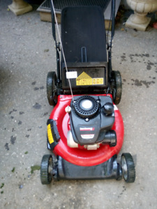 Gas lawnmower yardmachines mulching mower with bag